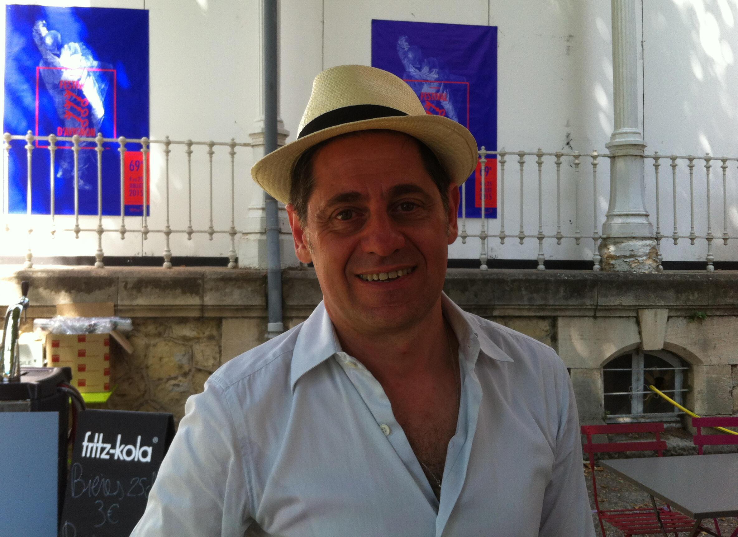 Olivier Py, le directeur du Festival d'Avignon, le 4 juillet 2015, quelques heures avant la première de sa mise en scène du Roi Lear de Shakespeare dans la Cour d'Honneur du Palais des Papes.