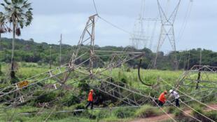 Dans la nuit de samedi un grand pylone électrique a été renversé à Maracanaú, en banlieue de Fortaleza, la capitale du Cearà, où certains quartiers ont été privés d'électricité pendant plusieurs heures.