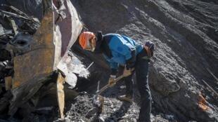Equipes de resgate trabalham na recuperação dos restos do avião da Germanwings nos Alpes franceses.