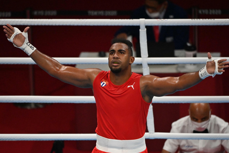 El boxeador cubano Arlen López celebra su triunfo del domingo en los Juegos de Tokio-2020.