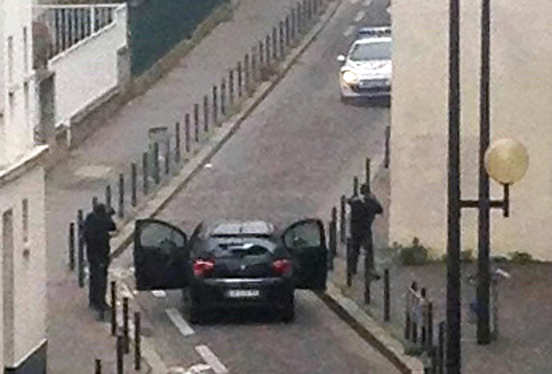 Los hombres armados cerca de la sede de «Charlie Hebdo» enfrentando a la policía.