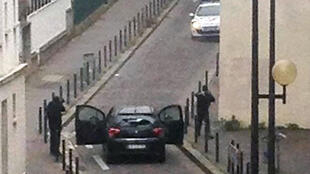 Les tireurs face à la police près des locaux de l'hebdomadaire «Charlie Hebdo».