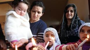 Des chrétiens assyriens réfugiés au Liban qui ont fui les combats dans le nord-est de la Syrie. Photo datée du 26 février 2015.