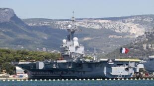 O porta-aviões nuclear francês Charles de Gaulle está na baía de Toulon, no Mar Mediterrâneo, pronto para ser utilizado no caso de uma intervenção militar na Síria.