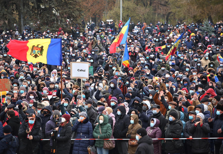 2020-12-06T121429Z_571215699_RC2OHK91V6A5_RTRMADP_3_MOLDOVA-POLITICS-PROTESTS