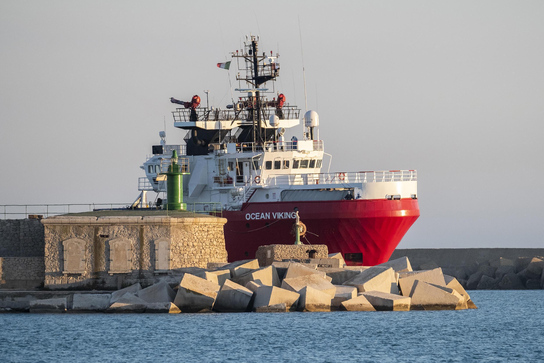 El barco humanitario Ocean Viking llega con migrantes rescatados a bordo al puerto siciliano de Porto Empedocle, el 6 de julio de 2020 al sur de Italia