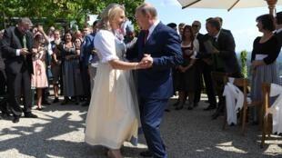 俄罗斯总统普京参加奥地利外长克奈斯尔婚礼资料图片