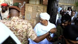 L'ex-président soudanais Omar el-Béchir quitte le bureau du procureur en charge des affaires de corruption à Khartoum, le 16 juin 2019.