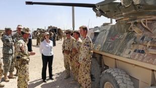 Thủ tướng Úc Julia Gillard (áo trắng) với binh sĩ Úc tại Afghanistan, 02/10/2012