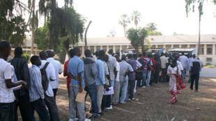 Le ministère de l'Intérieur interdit d'admettre dans les salles du bac tous les candidats qui n'ont pas obtenu 10 de moyenne pour passer en terminal.