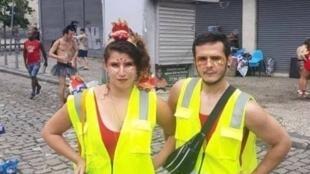 Ana Karenina Riehl e Leonardo Amatuzzi saíram no bloco do Boi Tolo, no Rio de Janeiro, fantasiados de coletes amarelos.