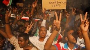 Manifestantes diante do Ministério da Defesa em Cartum, ontem, dia 15 de Abril de 2019.