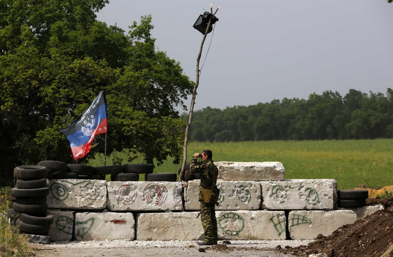 Militante pró-russo perto de  Slaviansk no elste da Ucrânia.