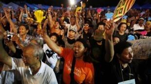 Phe đối lập tại Nghị viện tổ chức biểu tình chống dự luật ân xá ở trung tâm Bangkok 31/10/2013 - REUTERS /Damir Sagolj