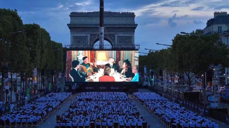 Màn ảnh 144m2 được dựng ở ngoài trời, Champs-Élysées trở thành rạp xinê với 1.750 chỗ ngồi