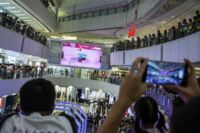 香港观众在一个购物中心观看奥运比赛,2021年7月