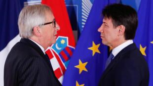 O primeiro-ministro italiano, Giuseppe Conte, em sua chegada a uma reunião informal em Bruxelas junto com o presidente da Comissão Europeia, Jean-Claude Juncker. 24/06/18