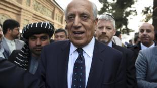 Zalmay Khalilzad (C), en Kabul el 9 de marzo de 2020