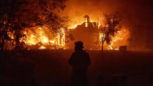 Una casa se indencia en Vacaville, California el 19 de agosto de 2020