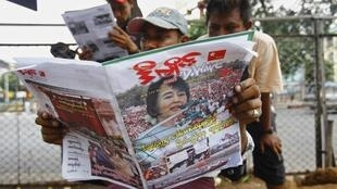 На улицах Янгона газеты с портретом Аун Сан Су Чжи. Бирма