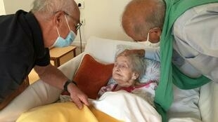 """Après le confinement, les frères Geoffroy rendent visite à leur mère pour la première fois depuis deux mois, à l'Ehpad l'""""Âge d'or"""" de Monestier-de-Clermont en Isère. Photo : juin 2020,"""