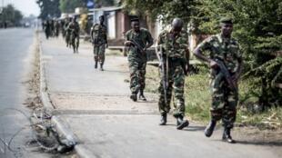 Des soldats burundais quittent le quartier de Cibitoke à Bujumbura, le 1er juillet 2015.