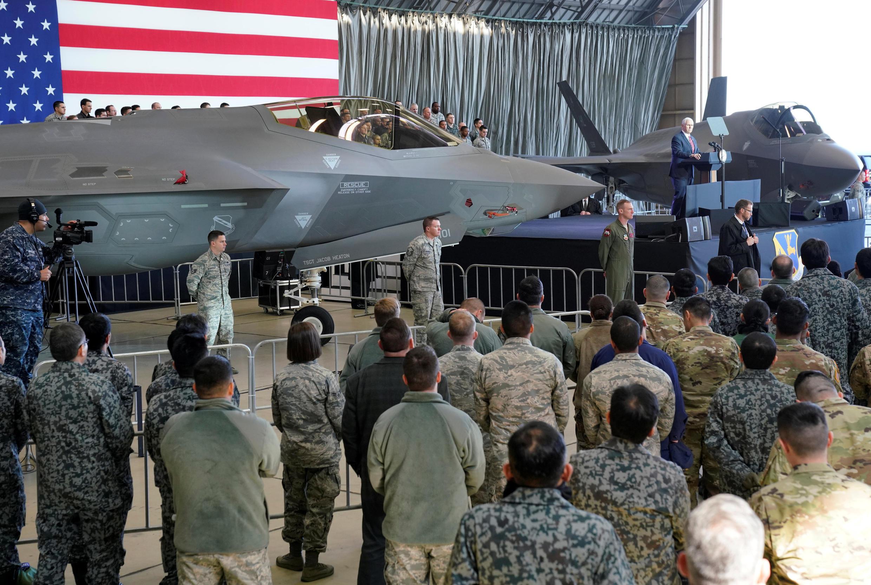 Phó tổng thống Mỹ Mike Pence thăm lính Mỹ và lực lượng phòng vệ Nhật Bản tại căn cứ không quân Yokota tại Fussa, ngày08/02/2018.
