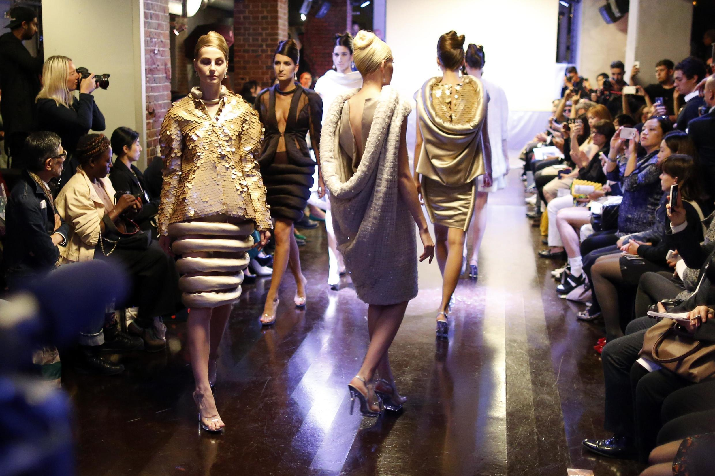 A americana Corrie Nielsen, que vive em Londres, apresentou uma coleção glamour no primeiro dia da Fashion Week de Paris.