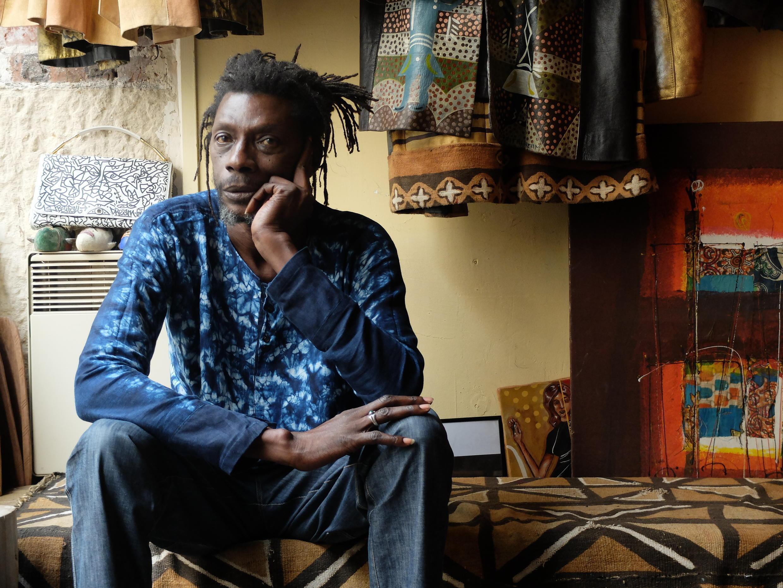 Bouna Medoune Seye en 2015 dans l'atelier de son cousin et ami le styliste Mike Sylla à Paris.