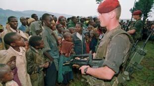 Soldados franceses supervisionam um campo de refugiados tutsis em Nyarushishi, sul de Ruanda, em 30 de abril de 1994.