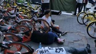 圖為網絡報道內蒙訪民在人民日報前喝農藥抗議