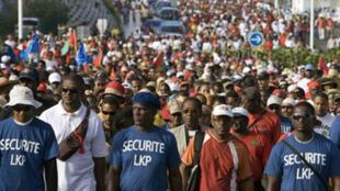 Manifestation à l'appel du LKP, le 14 février 2009, dans la ville du Moule. En 1952, quatre ouvriers avaient été tués dans cette commune de Guadeloupe, lors d'une marche de protestation pour des augmentations de salaires.