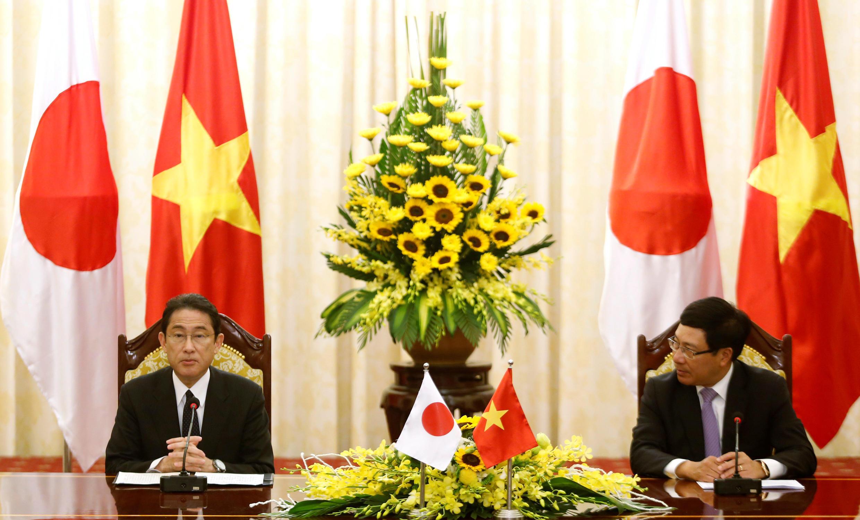 Quan hệ Việt Nam-Nhật Bản càng lúc càng được củng cố. Ảnh minh họa: Ngoại trưởng Nhật Bản Fumio Kishida và phó thủ tướng Việt Nam Phạm Bình Minh tại hội nghị hợp tác Việt-Nhật ở Hà Nội, ngày 06/05/2016.