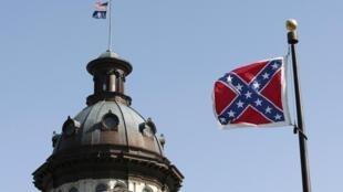Le drapeau confédéré flottant devant le Parlement de Caroline du Sud, le 4 juillet.