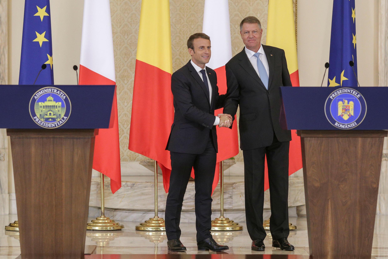 Les présidents français Emmanuel Macron et roumain Klaus Ioannis à Bucarest, le 24 août 2017.