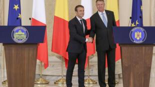 Les présidents français Emmanuel Macron et roumain Klaus Ioannis à Bucarest, ce jeudi 24 août 2017.