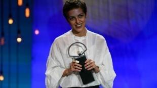 La réalisatrice Dea Kulumbegashvili reçoit le prix du meilleur réalisateur pour le film «Beginning», à San Sebastian, le 26 septembre 2020.