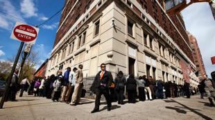 Người xếp hàng tìm việc tại Cơ quan phụ trách Lao động, tiểu bang New York.