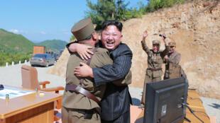 朝鮮領導人金正恩與導彈科技與技術人員慶祝洲際導彈發射成功,朝鮮KCNA通訊社 2017年7月5日發布