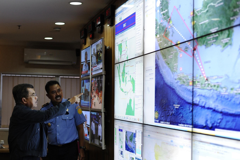 Le vice-président indonésien Jusuf Kalla (g.) faisant le point sur les recherches à Jakarta, le 28 décembre 2014.