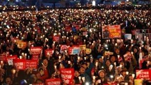 Em Seul, cerca de 50 mil pessoas celebram o impeachment da presidente Park Geun-hye, em 11 de março de 2017,