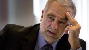 O procurador da CPI, Luis Moreno-Ocampo, acusa Kadafi, seu filho e seu braço direito de crimes contra a humanidade.