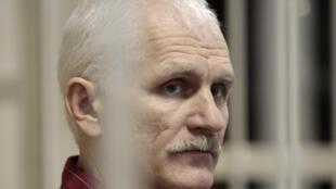 Алесь Беляцкий во время судебного заседания 02/11/2011