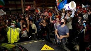 Les Chiliens sont descendus dans les rues de Valparaiso après les résultats du référendum en faveur du changement de la Constitution chilienne, le 25 octobre 2020.