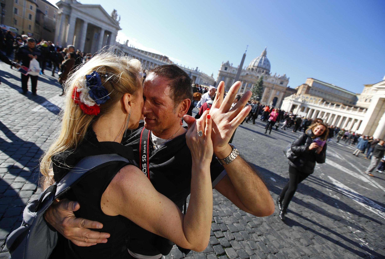 Một cặp nhảy tango tại quảng trường Thánh Phêrô, Vatican - REUTERS /Tony Gentile