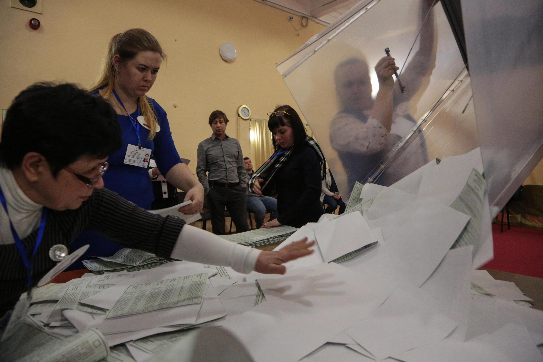 На фото — процедура подсчета голосов на президентских выборах 2018 года
