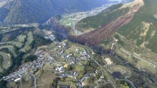 Les violents séismes des 15 et 16 avril ont entraîné des glissements de terrain, comme ici dans le village de Minamiaso, dans la préfecture de Kumamoto, dans le sud du Japon.