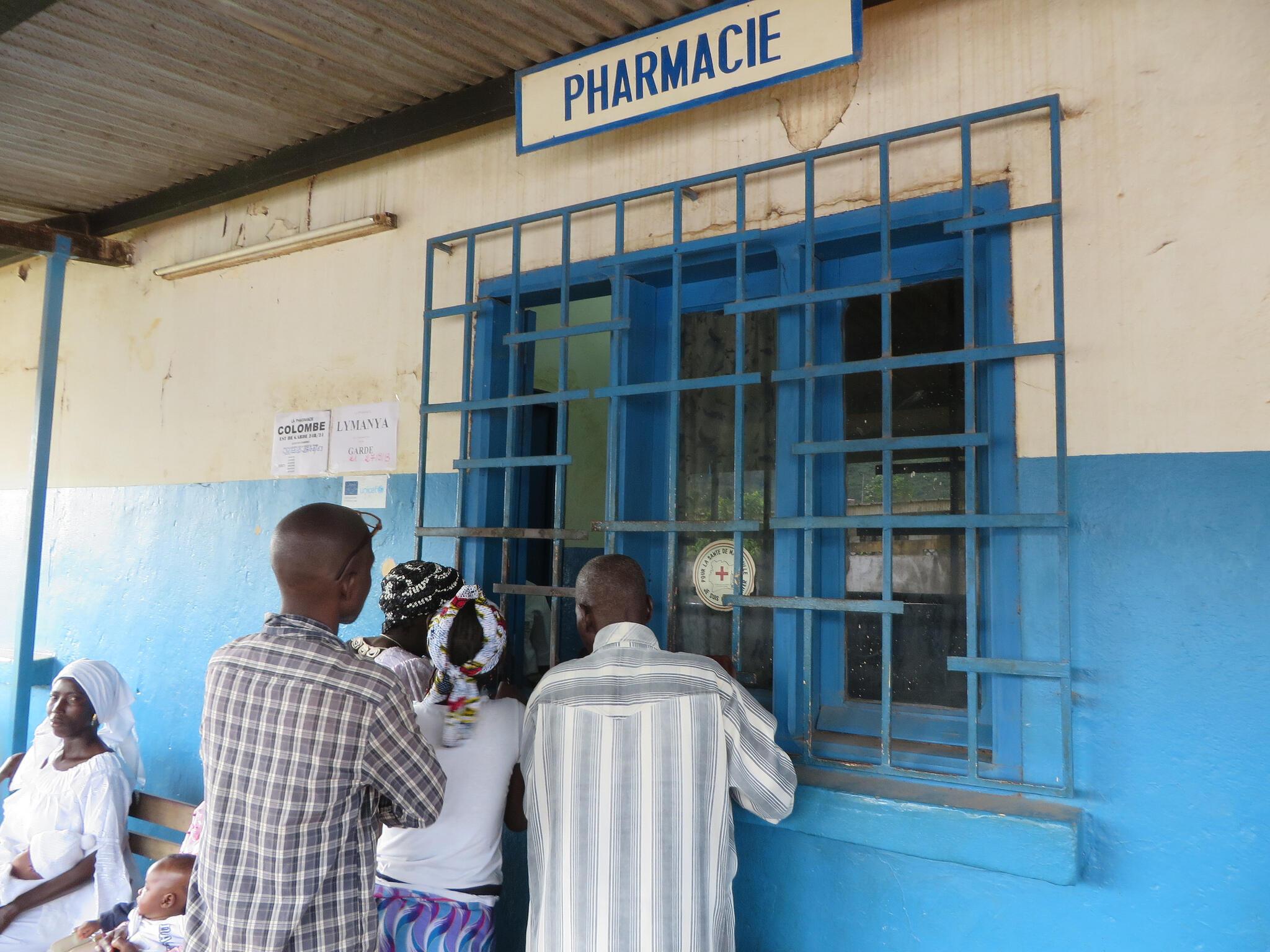Au centre de santé de Zouan, en Côte d'Ivoire, les consultations et les médicaments sont gratuits pour les enfants et les femmes enceintes grâce à un partenariat de la Commission Européenne, visant à restaurer l'accès aux soins pour les populations.