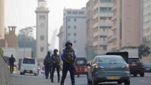 Les forces de sécurité sont omniprésentes dans les principaux axes du pays, ici dans la capitale Colombo, près du domicile du président srilankais, le 24 avril 2019.