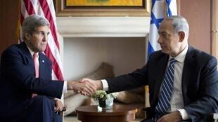 Le secrétaire d'Etat américain John Kerry (g.) et le Premier ministre israélien, ici à Jérusalem le 6 Novembre 2013, doivent se rencontrer à nouveau Rome ce lundi 15 décembre.